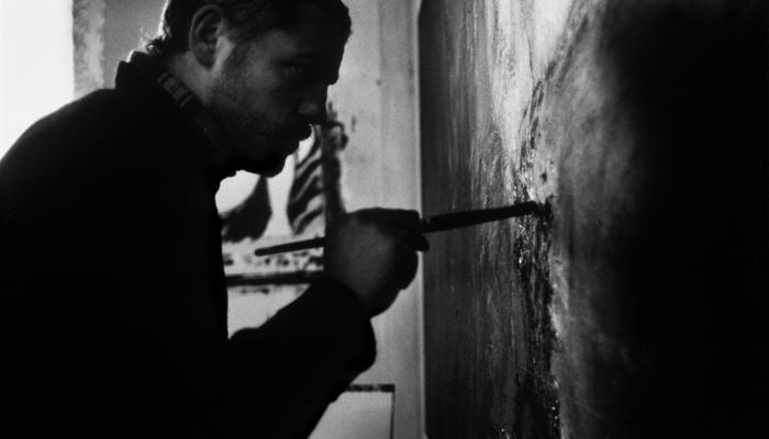 Image Denis Godefroy qui peintsur une création